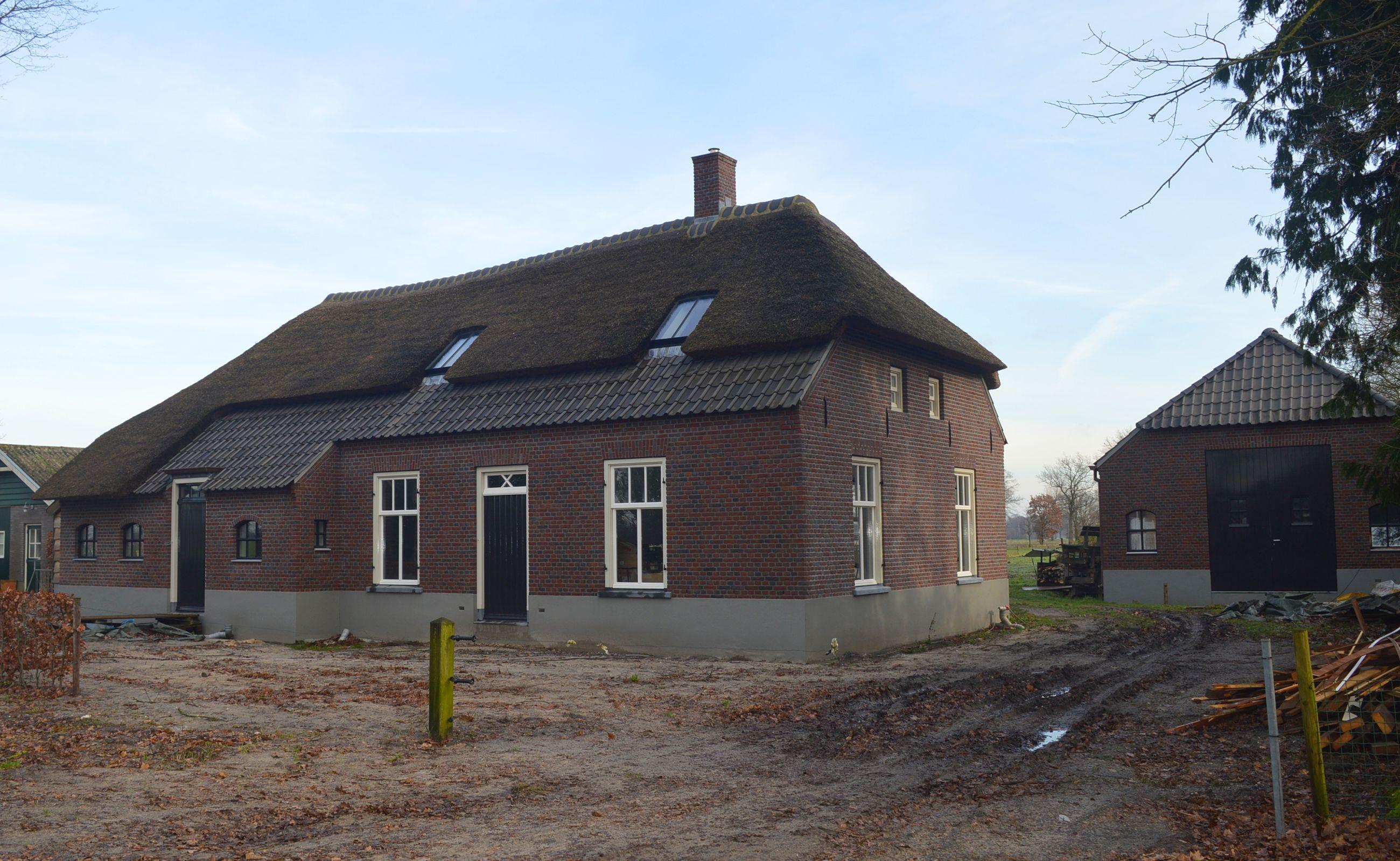 Woonboerderij AchterOventje Zeeland in aanbouw met speciale gebogen nok.